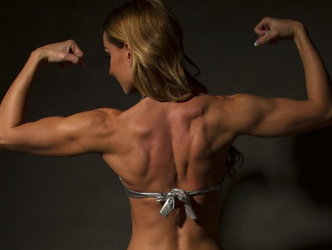 muscle domme posing taut back muscles
